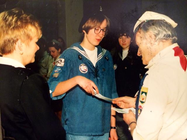 Wręczenie patentu drużynowego - Wiesława Zewald, Agnieszka Jakubowska (Jóźwiak), Janusz Boisse - wiosna 1996